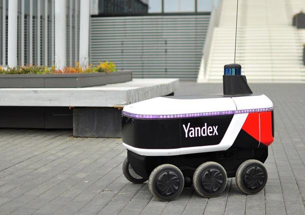Доставлять заказы в жилые дома начал робот компании «Яндекс»